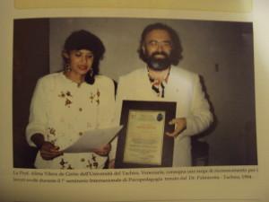 Prof.ssa Alira Vilera, Università del Venezuela, consegna una targa di riconoscimento per i lavori svolti durante il primo seminario Internazionale di Psicopedagogia, tenutosi dal Dr. Francesco Palmirotta a Tachira.